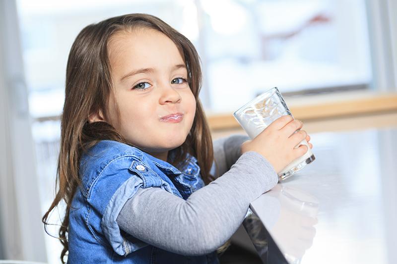 Criança tomando leite